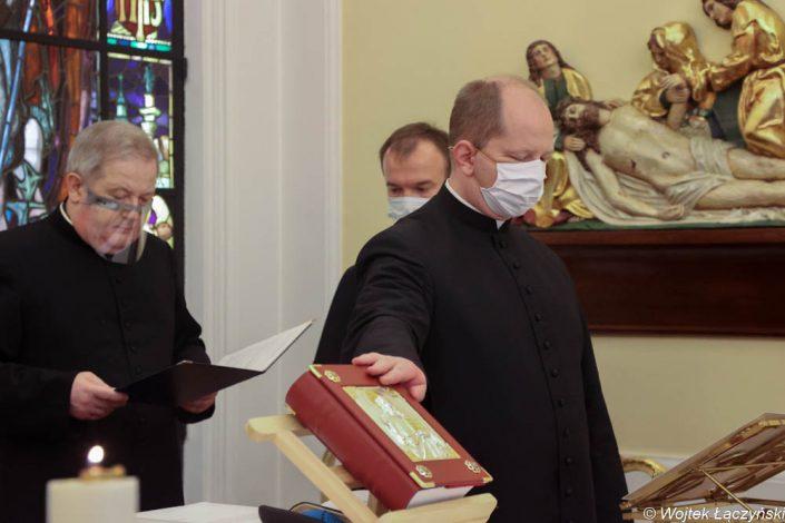 Przysięgę składa ks. Jacek Wiliński, delegat metropolity warszawskiego
